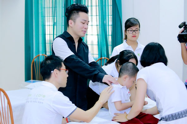 Ca sĩ Tùng Dương thăm và trao quà cho trẻ em tự kỷ - 3