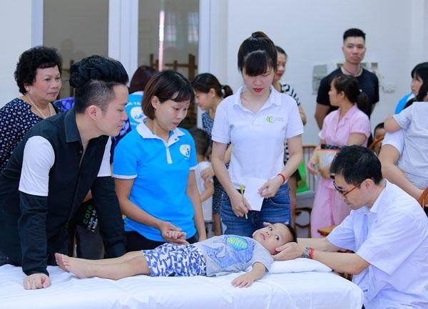Ca sĩ Tùng Dương thăm và trao quà cho trẻ em tự kỷ - 4