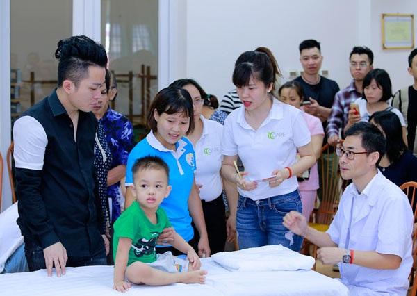 Ca sĩ Tùng Dương thăm và trao quà cho trẻ em tự kỷ - 5