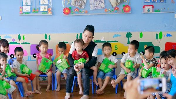 Ca sĩ Tùng Dương thăm và trao quà cho trẻ em tự kỷ - 7