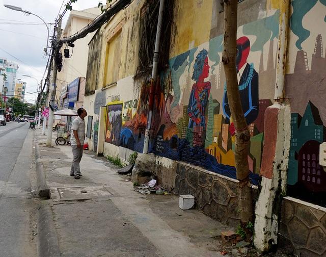 """Những bức tường cũ kỹ ở Sài Gòn được các bạn trẻ """"thổi hồn"""" bằng những bức tranh với chủ đề về năng lượng sạch, biến đổi khí hậu. (Ảnh: Nguyễn Quang)"""