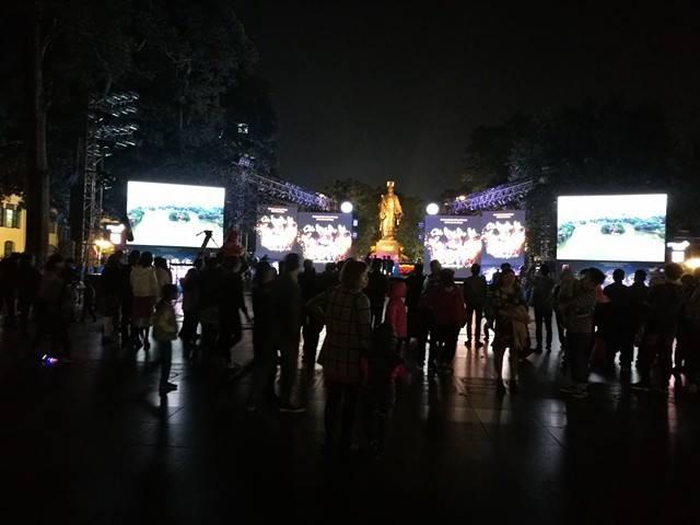 Khu vực tượng đài Lý Thái Tổ thu hút nhiều bạn trẻ