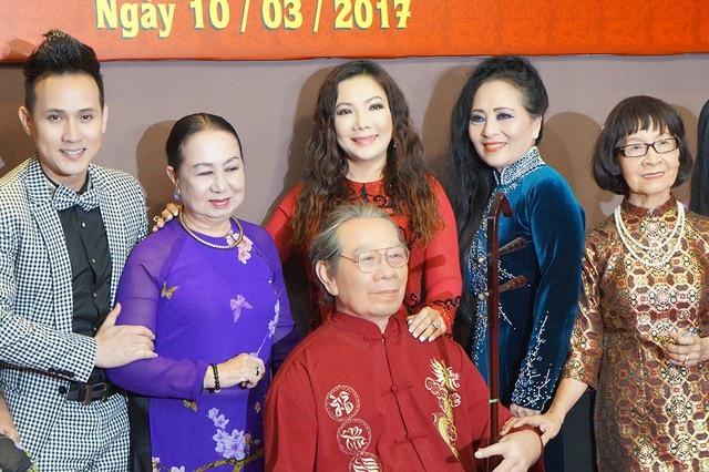 Các học trò bên tượng sáp cố GS.TS Trần Văn Khê trong ngày ra mắt khu trưng bày tượng sáp lần đầu tiên có tại Việt Nam