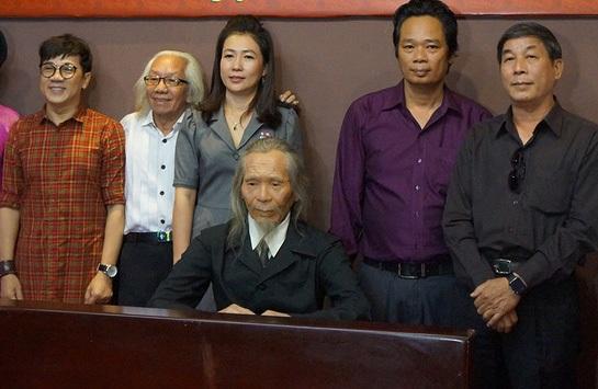 Chị Nguyễn Thị Diện (thứ 3 từ trái sang) - giám đốc bảo tàng tượng sáp tại TPHCM, cùng các nghệ sĩ, du khách chụp ảnh bên bức tượng sáp cố nhạc sĩ Văn Cao.