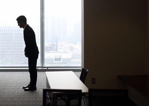 Một sinh viên đang cúi chào nhà tuyển dụng tại một ngày hội việc làm ở Tokyo, Nhật Bản. Ảnh: Tomohiro Ohsumi/Bloomberg