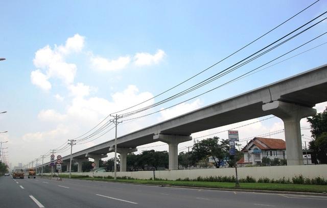 Tuyến metro Bến Thành - Suối Tiên chạy song song xa lộ Hà Nội (đoạn gần ngã tư Bình Thái).