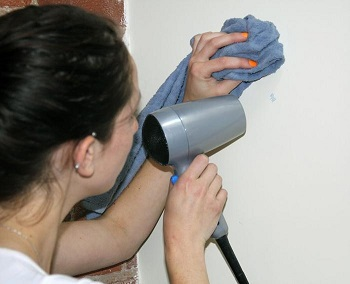 Dùng máy sấy tóc loại bỏ vết bẩn trên tường rất hiệu quả.