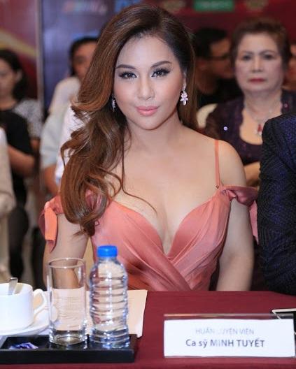 Nữ ca sỹ xinh đẹp diện bộ váy gợi cảm