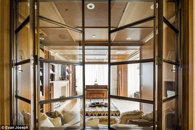 Căn hộ này nằm ở tầng 22 và 23 của 1 tòa nhà 31 tầng và được chủ nhà mua vào năm 2009 với giá 10,3 triệu đô la Mỹ
