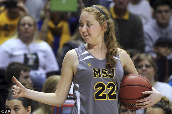 Lauren Hill, 19 tuổi, đã hoàn thành giấc mơ được chơi bóng rổ trong trường đại học Mount St Joseph chỉ một thời gian ngắn tước khi mất vào tháng Tư vì DIPG