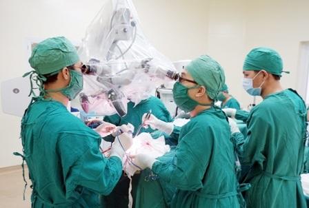 Các bác sĩ đã mở hộp sọ, vi phẫu dưới kính hiển vi