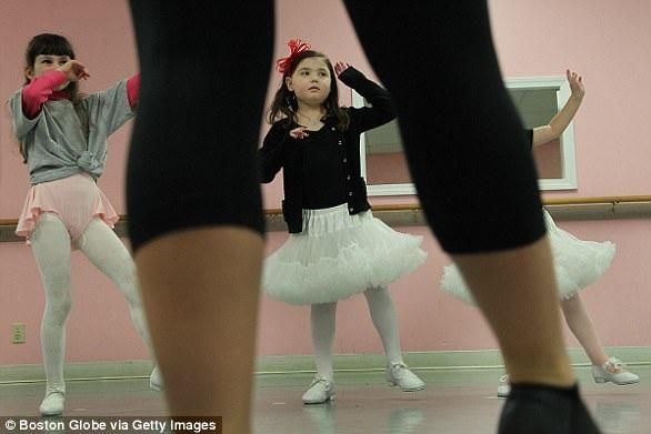 Caroline Cronk, 5 tuổi, có chẩn đoán ung thư não giai đoạn cuối sau một cú ngã trong lớp học múa. Em mất vào 18/7/2013