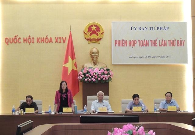 Phó Chủ tịch Quốc hội Uông Chu Lưu (giữa), Chủ nhiệm UB Tư pháp Lê Thị Nga chủ trì phiên họp của UB này để thẩm tra dự luật Phòng chống tham nhũng sửa đổi.