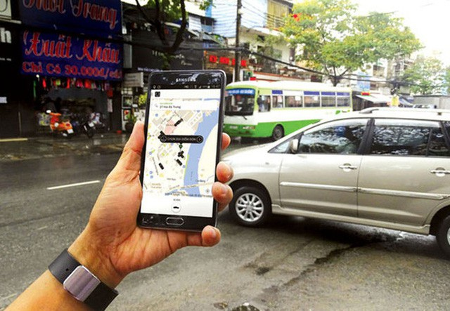 Các hãng taxi truyền thống vẫn đang phản ứng mạnh với cách thức hoạt động của Uber và Grab tại Việt Nam