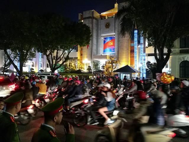 Đoạn đường trước UBND Hà Nội đông nghẹt