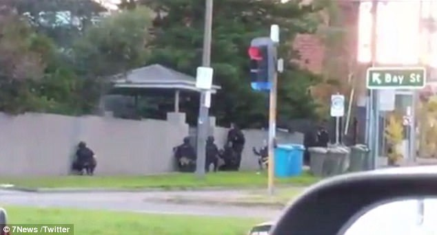 Cánh sát vây bắt nghi phạm tại Melbourne (Ảnh: 7News)