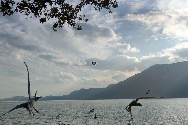 """Du khách chụp được một chiếc UFO hình """"bánh vòng"""" bí ẩn - 2"""