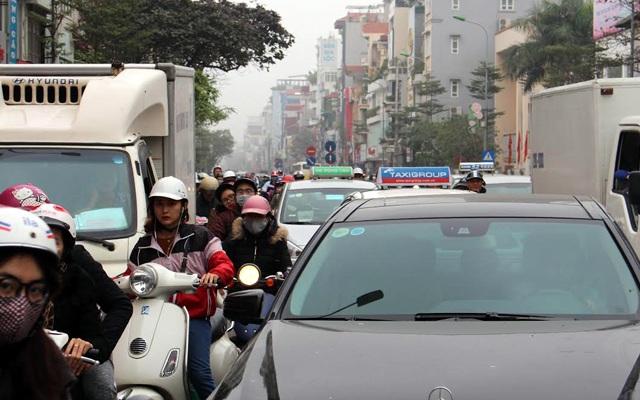 Những ngày cuối cùng của năm Bính Thân, nhiều tuyến phố Hà Nội tắc nghẽn ngay cả lúc thấp điểm.