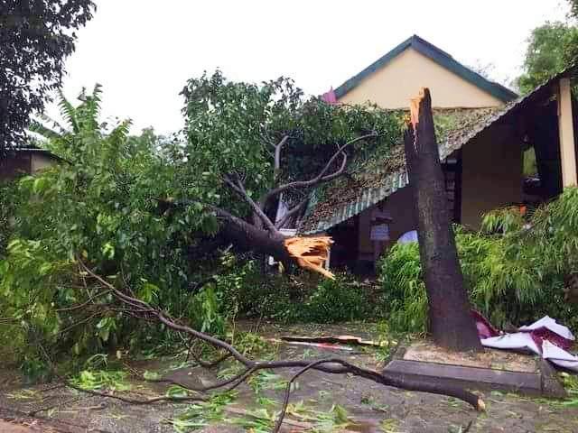 Nhiều ngôi nhà bị tốc mái hoàn toàn, bị cây đè... ở Hương Thủy