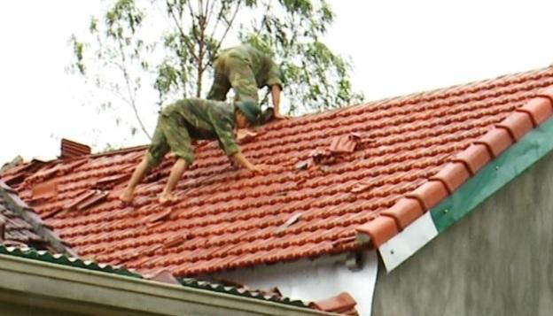Nhiều ngôi nhà đã được các chiến sĩ công an, bộ đội lợp lại trong ngày hôm nay