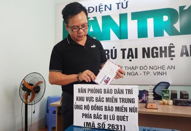 Phó trưởng PV báo Dân trí tại Bắc Miền Trung Nguyễn Văn Phê ngoài ủng hộ 2 ngày lương giúp đồng bào miền núi còn tham gia ủng hộ thêm với số tiền 1 triệu đồng