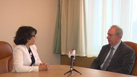 Giáo sư Andrey Symbirtsev trả lời phỏng vấn của phóng viên TTXVN.