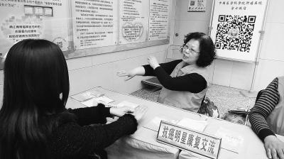 Bà Tôn Quế Lan đang tư vấn cho người bệnh