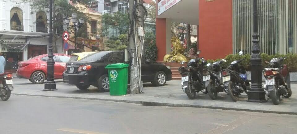 Xe ô tô đỗ hàng 3 trên vỉa hè tại đường Trần Phú lúc chiều nay