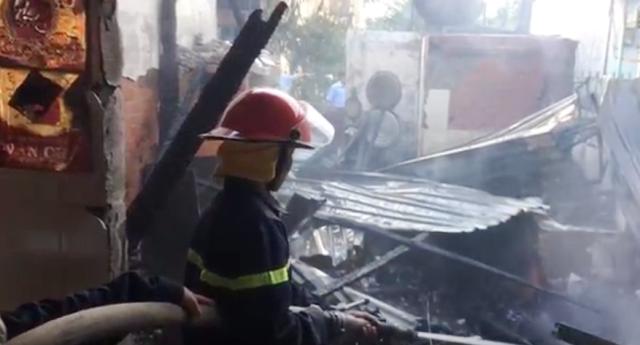 Lực lượng chữa cháy tích cực dập lửa.