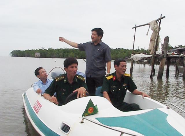 Ông Lê Văn Sử- Phó Chủ tịch tỉnh Cà Mau cùng lãnh đạo Tổng cục Phòng, chống thiên tai và lực lượng Bộ đội Biên phòng đi kiểm tra công tác ứng phó áp thấp nhiệt đới vào ngày 1/11 vừa qua tại huyện Ngọc Hiển.