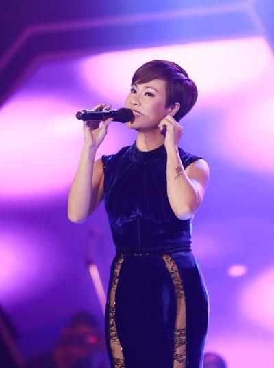 Ca sĩ Uyên Linh được khán giả TP Vinh cổ vũ nhiệt tình.