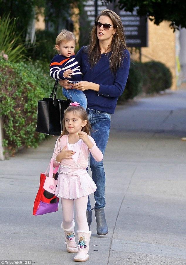 Ở tuổi 36, chân dài Brazil đã là bà mẹ của 2 đứa con kháu khỉnh. Cô dành nhiều thời gian cho gia đình và vẫn góp mặt thường xuyên trong các show diễn của Victorias Secret