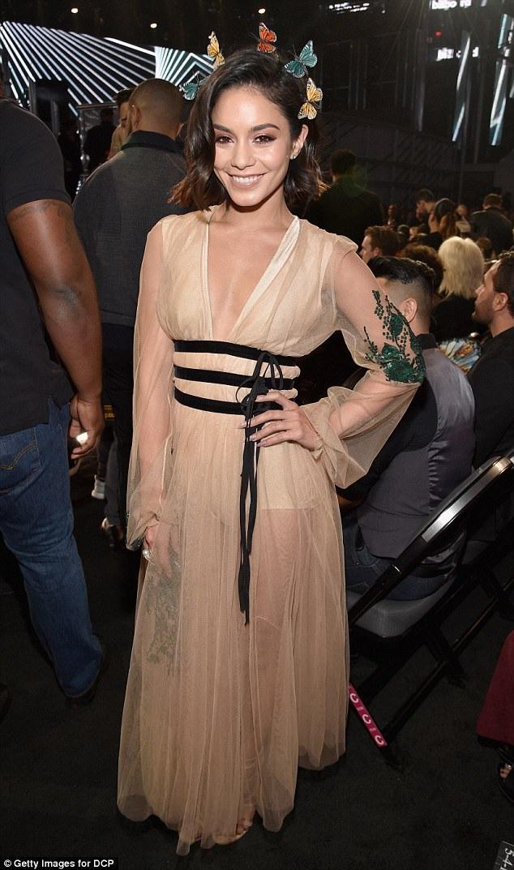 Vanessa Hudgens điệu đà như công chúa dự lễ trao giải Billboard 2017
