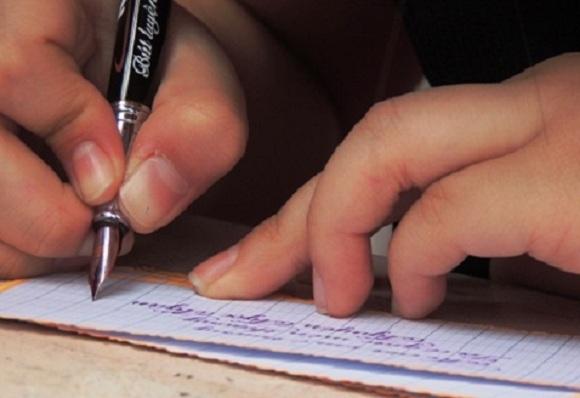 Nhiều học trò được ôn thi theo cách... chép học thuộc bài văn mẫu. (Ảnh minh họa)