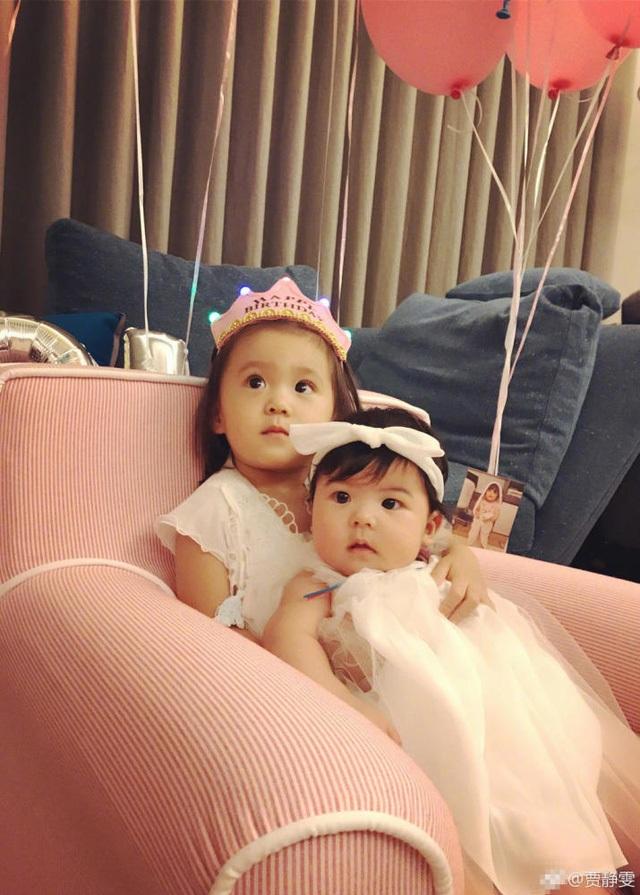 Hai con gái của Tu Kiệt Khải và Giả Tịnh Văn càng lớn càng đáng yêu và xinh đẹp.