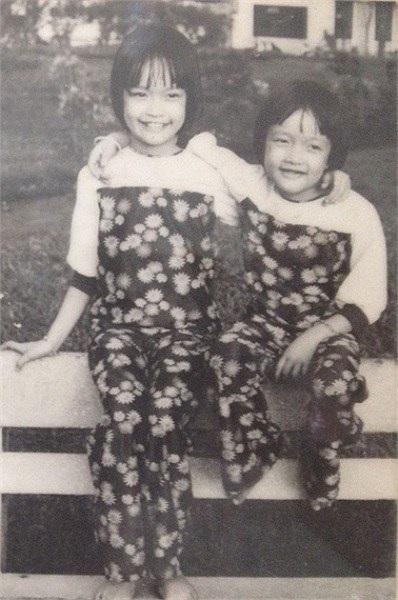 Vân Dung và chị gái hồi bé.