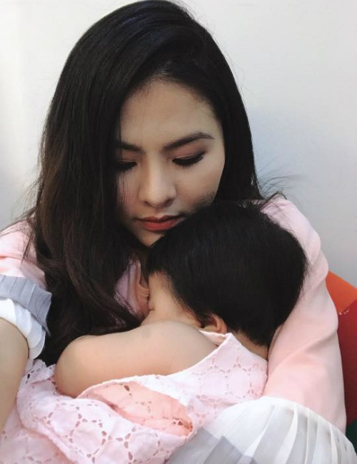 Sau khi con gái ngày càng lớn, diễn viên Vân Trang dần cho con xuất hiện trước ống kính. Nữ diễn viên chia sẻ hình con gái mệt lử sau buổi chụp hình.