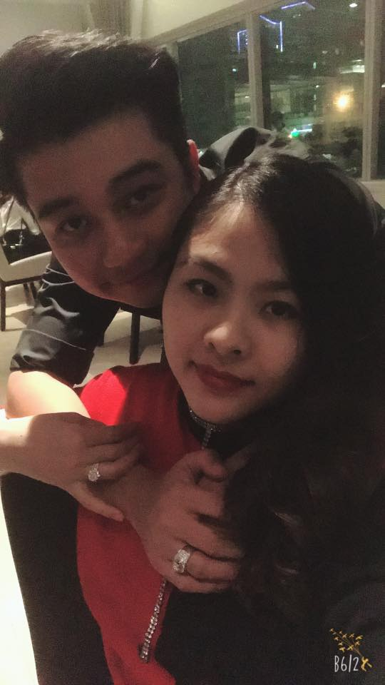 Vân Trang và chồng cùng đi ăn tối với nhau, rất đông bạn bè của cả hai cũng tham gia bữa tiệc thân mật này.