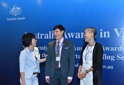 Nguyễn Thị Hải Yến (bìa trái) và Nguyễn Thủy Tiên (bìa phải) tại buổi lễ trước khi du học do Đại sứ quán Australia tổ chức