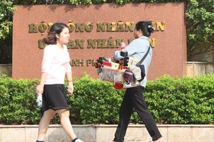 """Bản tin 14h: Hà Nội bỏ quy định cán bộ nữ phải """"mặc váy dài đến gối"""" - 1"""