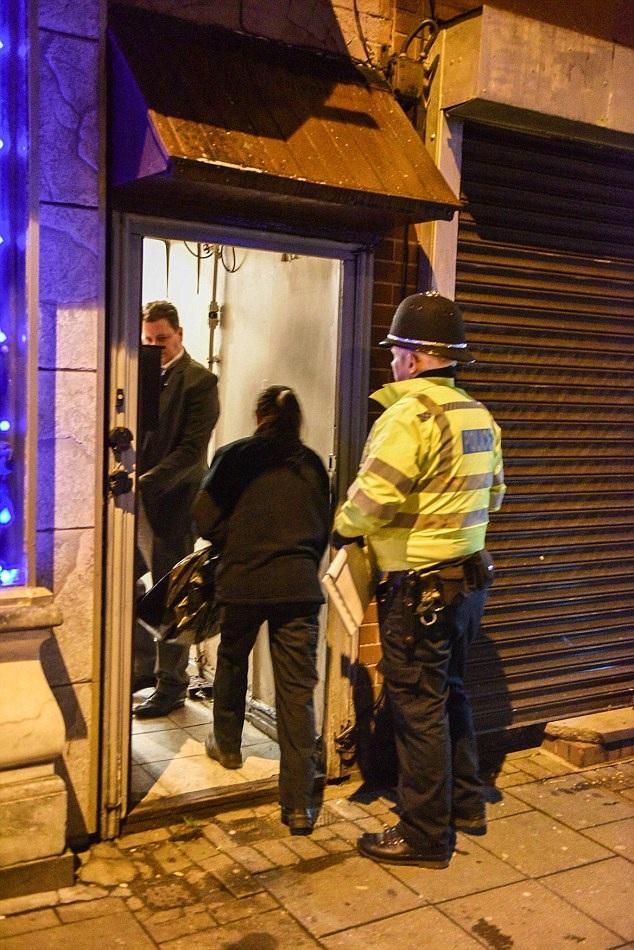 Cảnh sát đột kích khu nhà được cho là có liên quan đến chiếc xe mà kẻ khủng bố đã thuê. (Ảnh: Dailymail)