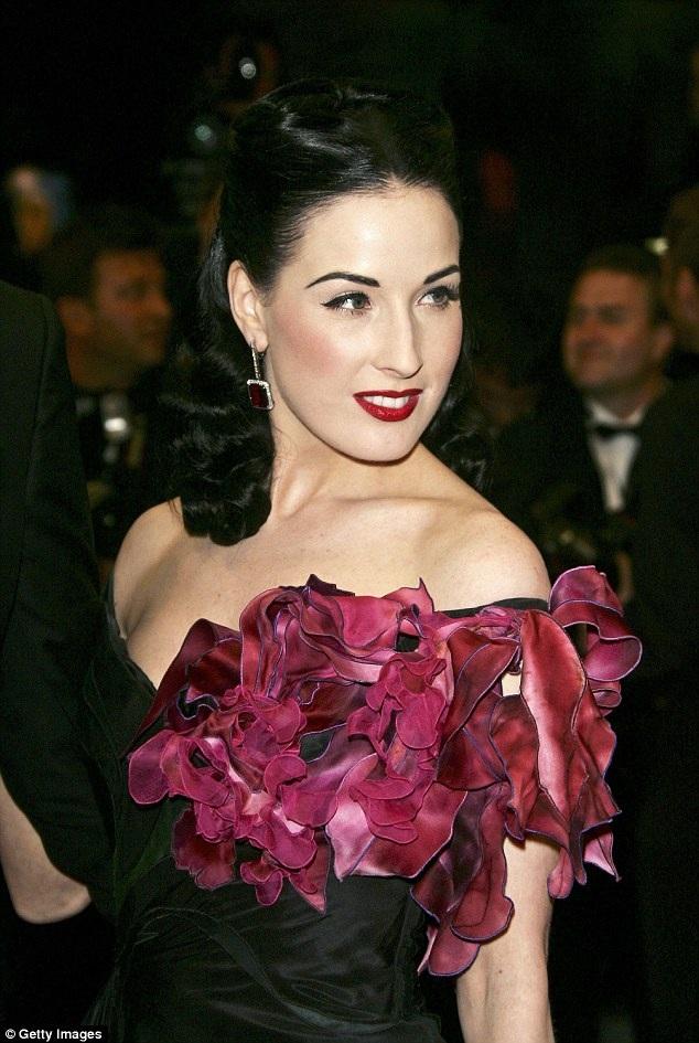 Vũ nữ thoát y Dita Von Teese đẹp cổ điển với váy đính hoa hồng tại LHP Cannes 2006
