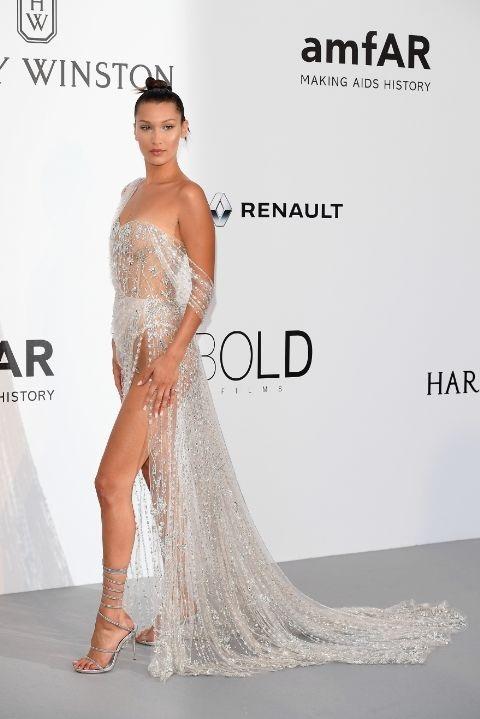 Bella Hadid hoàn hảo trong bộ váy đính pha lê của Ralph & Russo tại tiệc từ thiện của amfAR Gala. Bộ váy hở bạo biến cô thành tâm điểm
