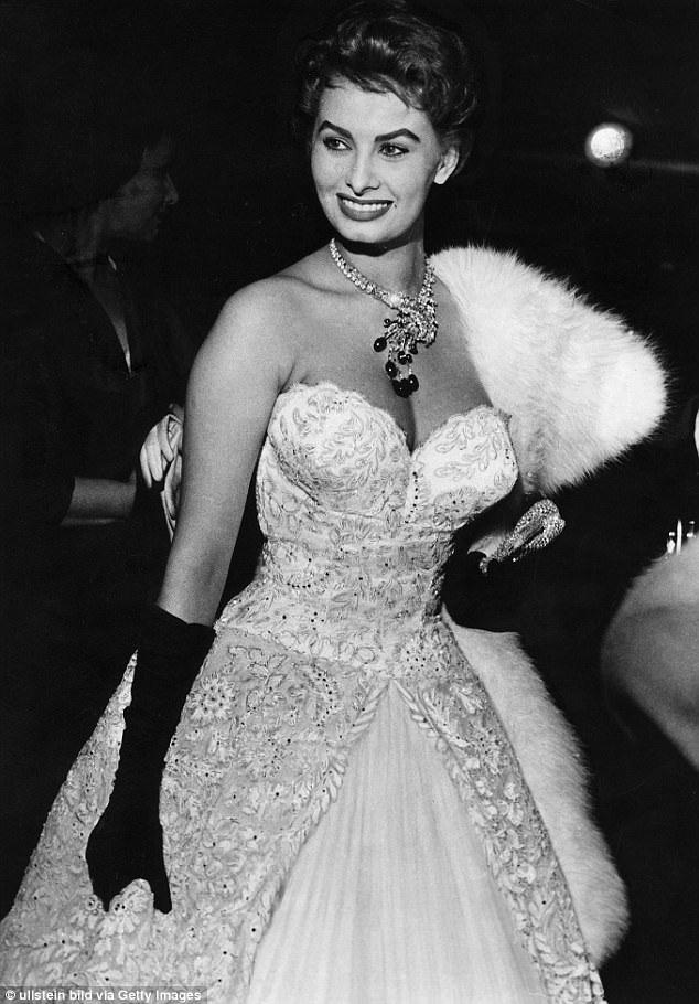 Minh tinh Sophia Loren gây sốt tại LHP Cannes năm 1955 với bộ đầm kiêu sa và gợi cảm này