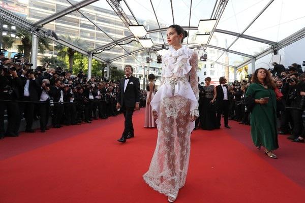 Siêu mẫu áo tắm Sara Sampaio cũng được khen hết lời trong bộ váy ren trắng này. Người đẹp 26 tuổi diện toàn đồ xuyên thấu trong các sự kiện tại Cannes năm nay