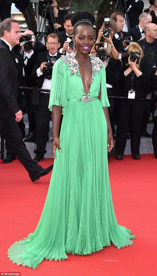 Lupita Nyongo được khen hết lời vì bộ váy Gucci nổi bật và thanh lịch tại LHP Cannes 2015