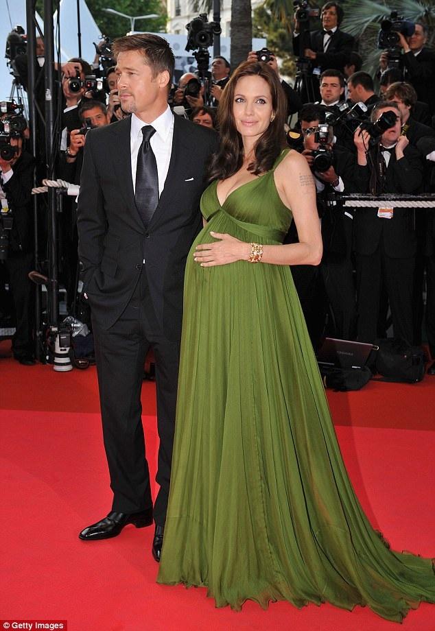 Angelina Jolie diện váy đầm Max Azria Atelier bế bụng bầu 2 con sinh đôi dự LHP Cannes năm 2008 để quảng bá bộ phim hoạt hình Kung fu gấu trúc. Cô được Brad Pitt hộ tống