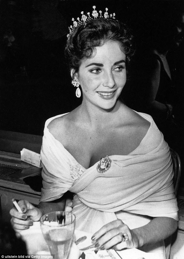 Elizabeth Taylor đẹp như nữ hoàng dự LHP Cannes 1957