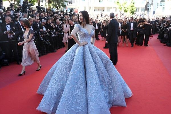 Cựu hoa hậu thế giới Aishwarya Rai hóa nàng lọ lem xinh đẹp, kiêu sa với bộ đồ xanh nổi bật