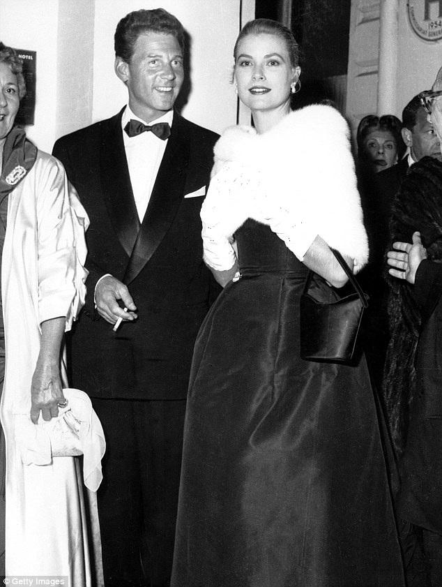 Grace Kelly được khen hết lời vì vẻ đẹp thanh lịch khi dự LHP Cannes năm 1955